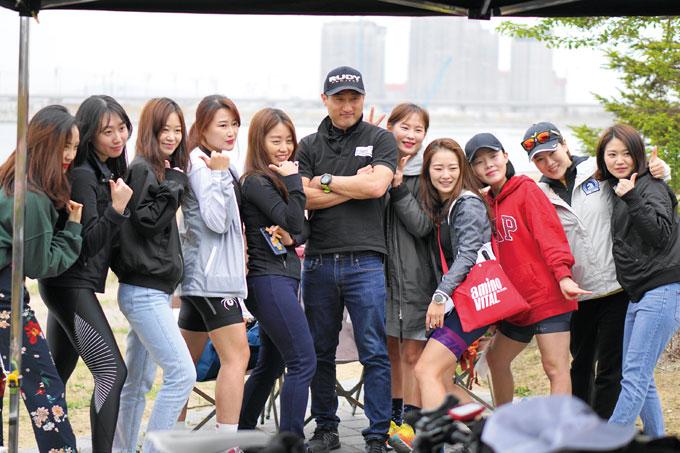 촬영 협조 : 국내 최초 여자 철인3종 클럽 우먼스트라이애슬론클럽의 팀원들과 한재문 팀장.