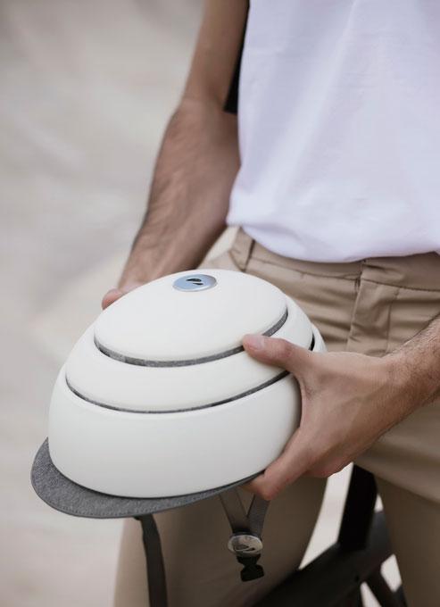 헬멧을 간단히 눌러 접거나 펼 수 있다.