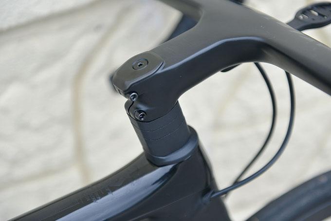 마찬가지로 일체형 핸들바가 적용되었지만 스페이서가 다른 것을 확인할 수 있다.