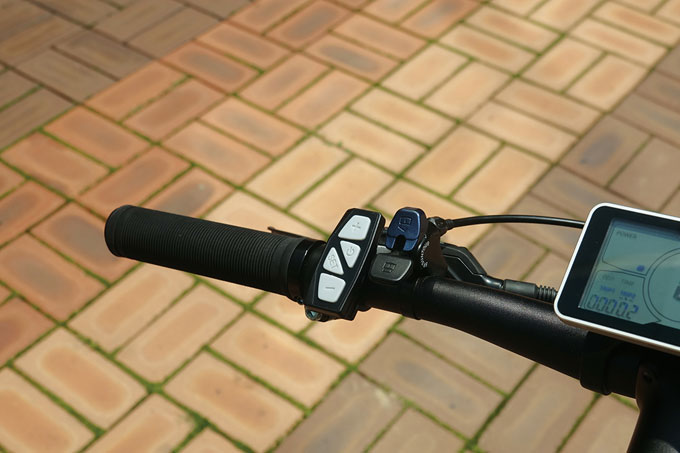 전원과 출력을 조절할 수 있는 리모컨과 서스펜션 포크 리모트 락아웃 버튼이 장착되어있다.