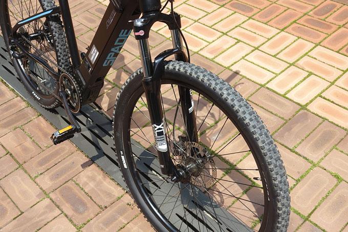 서스펜션 포크와 넓은 타이어로 접지력을 향상시켜 주행안정성이 좋다.