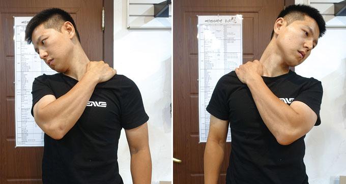 승모근을 네 손가락으로 누르듯이 하고 목을 반대쪽으로 움직이면서 쇄골과 어깨에서부터 이어지는 근육을 쭉~ 펴보자. 승모근을 누르듯이 하는 게 포인트다. 목을 펼치기 위한 움직임이 아니라 승모근을 지그시 누르는 것이 포인트라는 것을 기억하자.