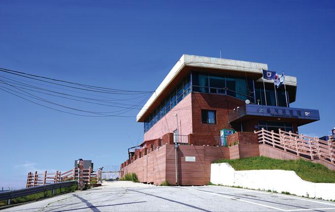 해발 1049m로 휴전선 11개 전망대 중 가장 높은 을지전망대. 남방한계선에 바로 접해 있으며 금강산과 설악산, 펀치볼을 같이 볼 수 있다.