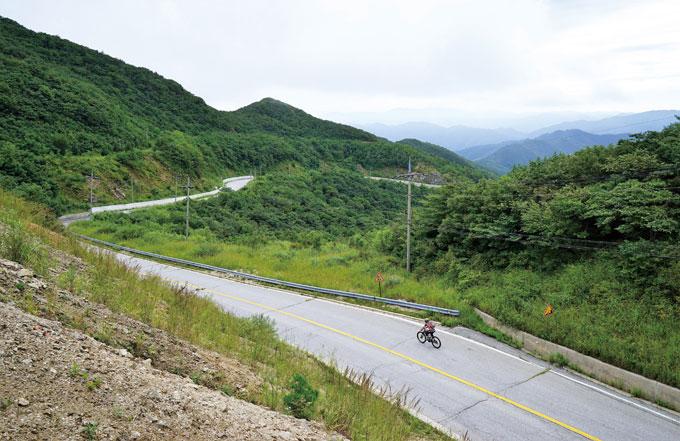 돌산령에서 양구 방면으로 내려가는 길. 용늪으로 올라가는 작전도로 삼거리까지 4km 정도는 웅장한 스케일의 다운힐이다.