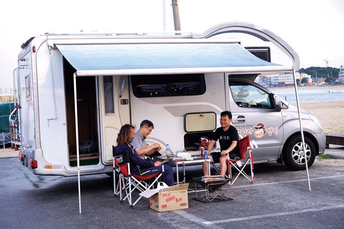 일정을 마치고 동해로 나가 천진해변에서 캠핑카로 하룻밤을 보냈다.