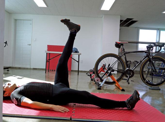 다리를 올리고 내리는 반복된 동작은 균형 감각과 함께 코어의 향상에 도움이 된다.
