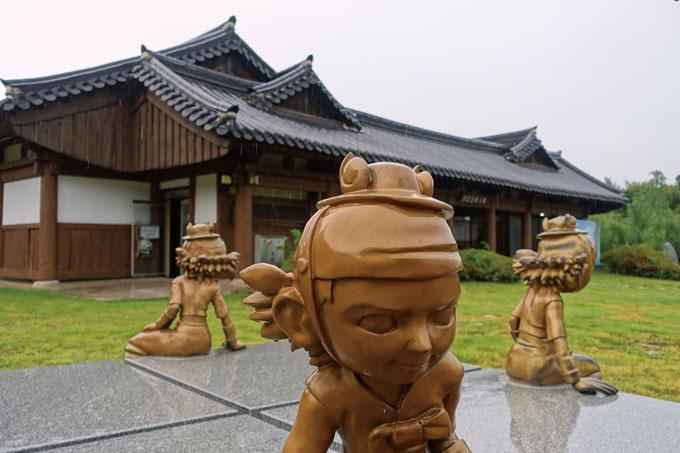 홍길동테마공원'은 홍길동을 소설 속 허구의 주인공이 아니라 실존인물로 부활시켰다.(장성 황룡)