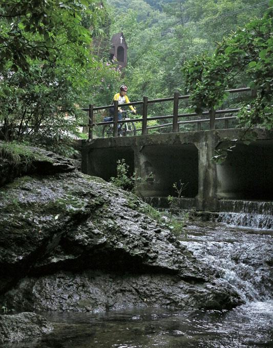 입암산성 아래 습지를 지나온 물은 남창계곡 깊은 곳에서 벽계수가 된다.(장성 북하)