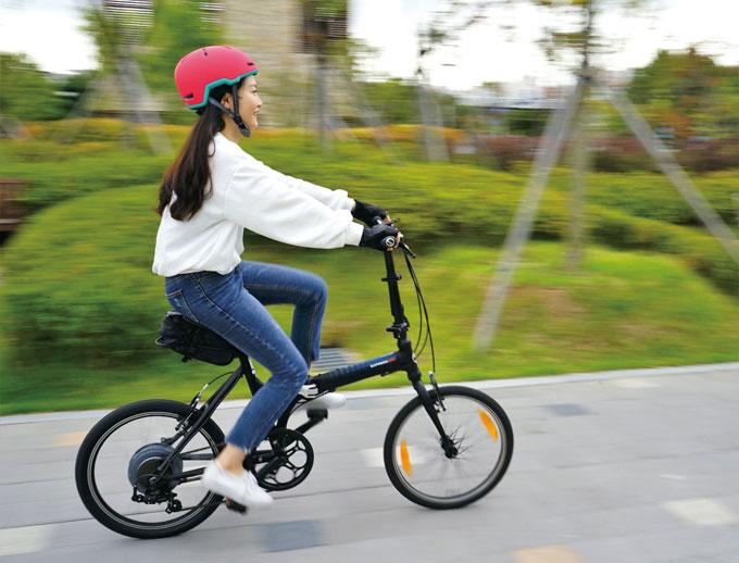 일반 자전거에 뒷바퀴만 갈아 끼우면 간단히 전기자전거로 변신하는 이런휠. 외관상 전기자전거 티도 많이 나지 않는다.