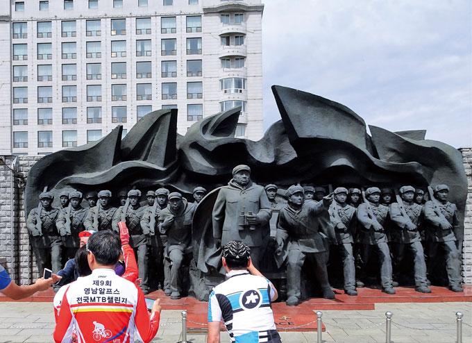 단동시 압록강변에 조성된 '한국전쟁 참전기념비'. 압록강을 넘어 남진하던 중국군의 모습이다. 이들 때문에 통일이 무산됐는데…