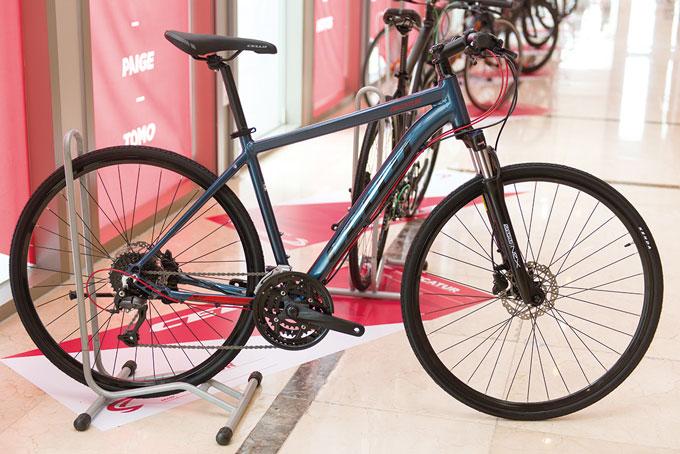 일상생활부터 투어까지 적합한 디케이터는 다재다능한 하이브리드 자전거다. SR 써투어 포크를 적용했으며 필요에 따라 락아웃 기능을 통해 샥을 조절할 수 있다.