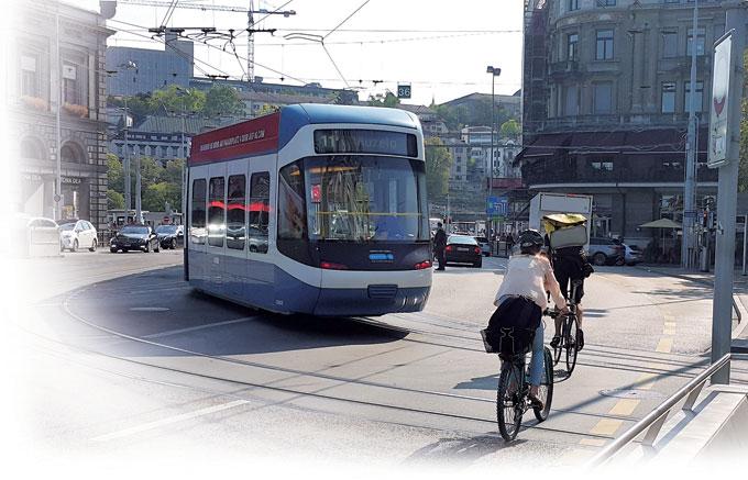 노면전차(트램)와 자전거, 자 동차가 평화롭고 질서있게 공존하는 유럽의 거리.