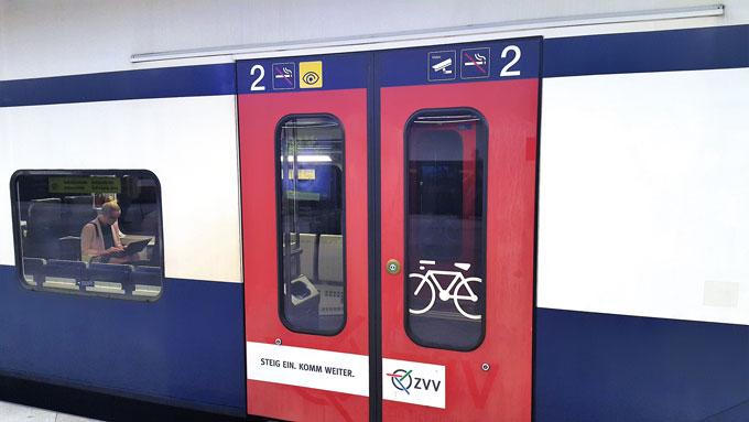 열차에 표시된 자전거 이용칸.