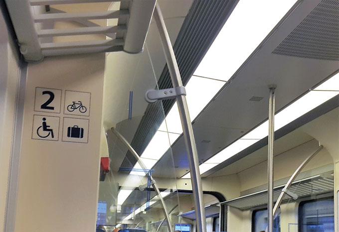 열차 객실의 자전거 적재 공간 표시.