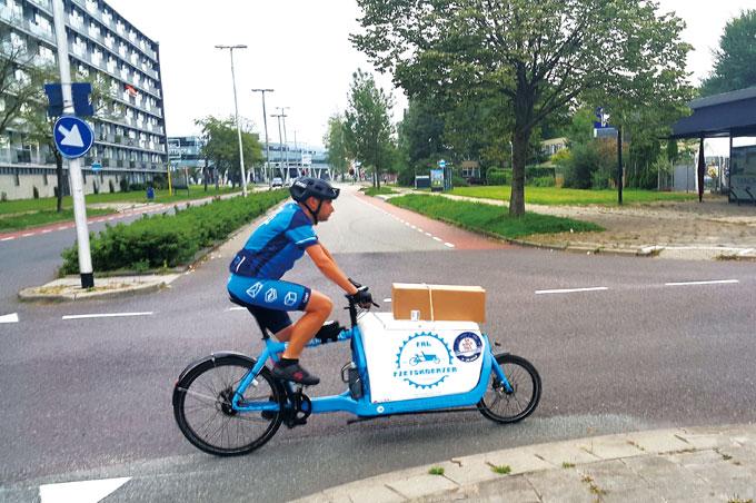 전기자전거를 화물운송용으로 활용하는 모습.