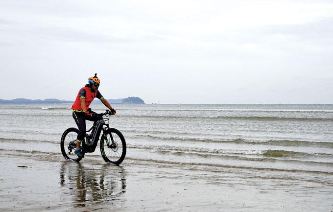 파도와 함께 달리는 이 멋과 맛! 탈 때는 기분이 특별 하지만 바닷물에 젖은 자전거와 옷의 뒤처리가 좀 번거롭다.