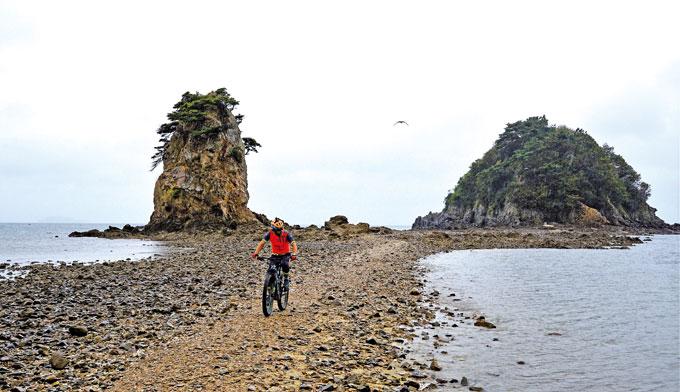 꽃지해변의 할미·할아비바위(왼쪽이 할미바위). 물이 들면 잠기지만 썰물 때는 육지가 된다. 꽃지해변은 변산의 채석강, 강화의 석모도와 함께 '서해의 3대 낙조'로 꼽힌다.