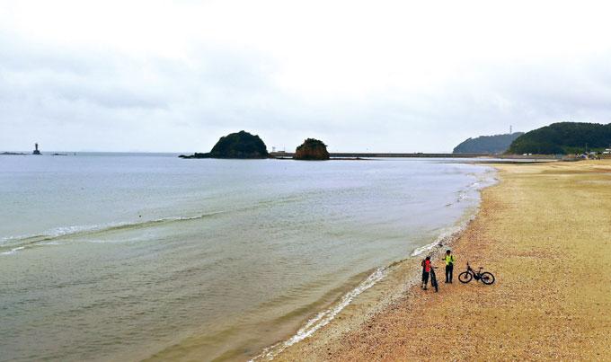 어느새 물이들어 섬이 된 할미·할아비바위를 배경으로(사진 · 최승호)