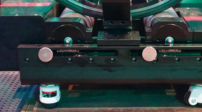 비텔리 익스 플랫은 양쪽에 두 개씩 총 네 개의 다이얼로 휠베이스를 조정해 탑승한다.