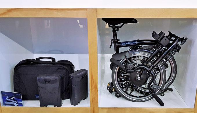 전동 브롬톤의 배터리 가방과 접은 모습