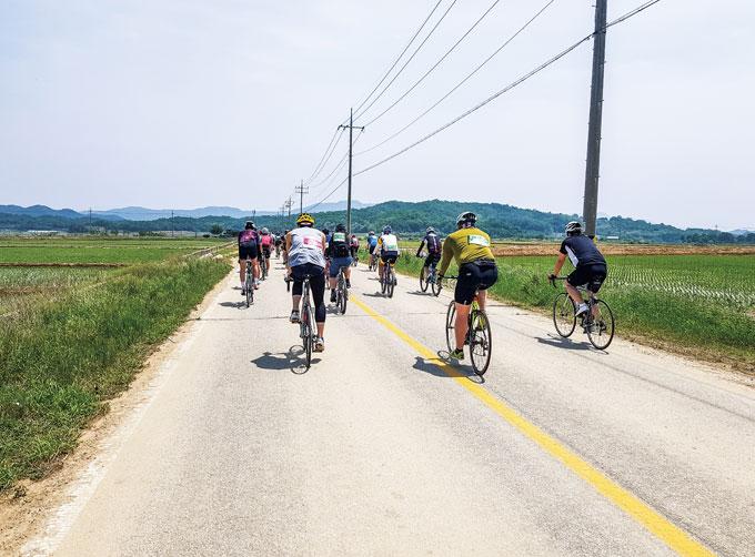 운영진의 통제에 따라 경기도와 강원도의 최전방지대를 달리는 참가자들