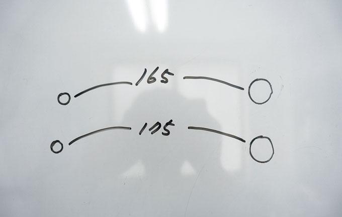 크랭크암 길이의 기준은 페달과 크랭크 축(두 구멍의 중심) 사이의 거리다. 사진은 펜으로 체결 구멍을 그려서 165와 170 사이즈의 차이를 비교해 보았다. 단 5㎜ 차이지만 눈으로 알아볼 수 있을 정도다.