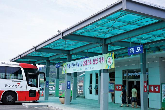 서울, 광주는 고속버스가, 목포는 시외버스가 운행하는 암태도 남강항 환승터미널. 불과 1년 전만 해도 한산하던 포구가 육상·해상 연계 교통의 요지가 되었다.