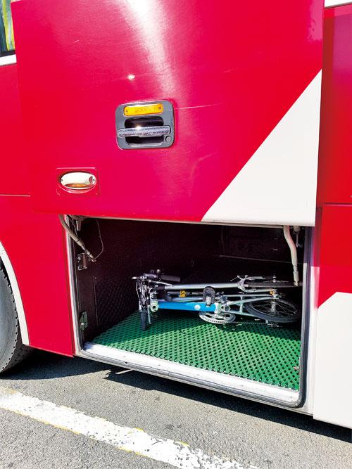택배가 발달해 버스 짐칸은 대개 텅텅 비었다. 자전거 7대까지 분해 않고 실을 수 있다.