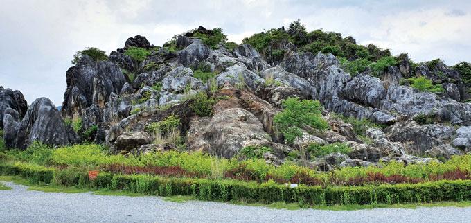 제천시내에서 청풍호 가는 길목에 있는 독특한 돌산인 금월봉
