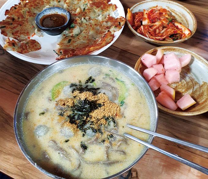 박달재 아래 백운면소재지에 있는 '자연식당'의 옹심이·들깨·메밀·칼국수. 건강에 좋은 재료만 넣은 데다 담백하고 깊은 맛이 있다.