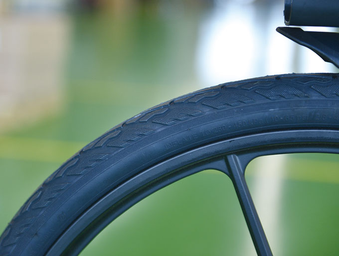 타이어는 노펑크 타이어가 적용되었다. 펑크가 나지 않아 편리한 것도 있지만 유지보 수가 쉽다는 점에서 지자체의 환영을 받는다.