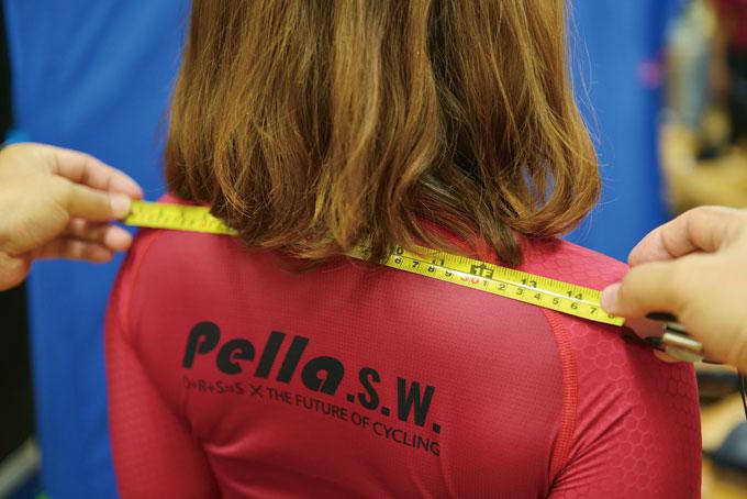각 신체사이즈를 정확하게 측정하는 피터 손경환 교수