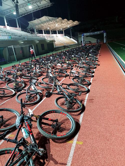 단양공설운동장의 출발선에 가지런히 줄지어 대기중인 자전거들. 올해는 878명이 출전해 558명이 풀코스를 완주했다.